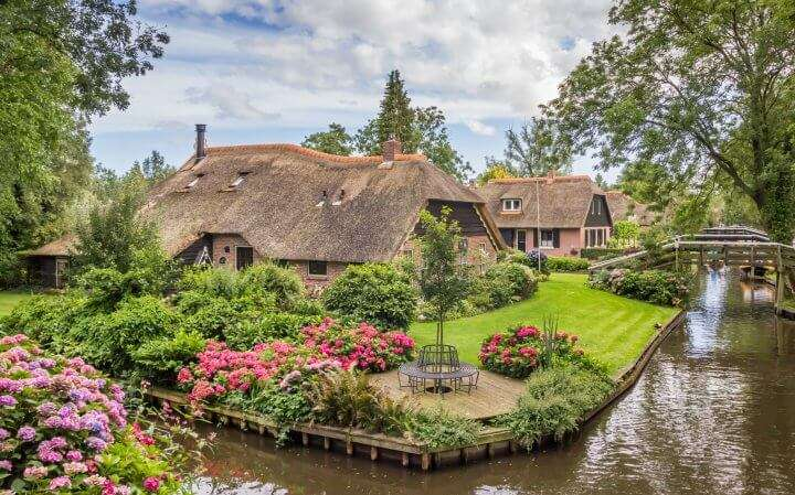 Farms with thatched roofs in Giethoorn, Holland