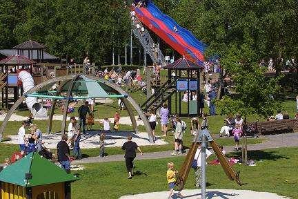 LEEK / 24-5-2001/ Jeugdpark Nienoord, veel bezoek en kindervreugd tijdens mooi weer in het park en de speeltuin. /foto Omke Oudeman