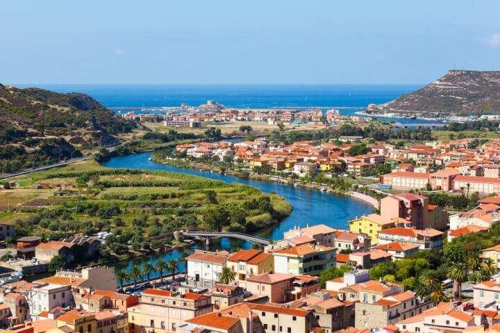 Sardinie Bosa stadsgezicht