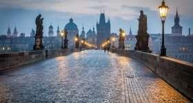 avond op de karlsbrucke in praag tsjechië