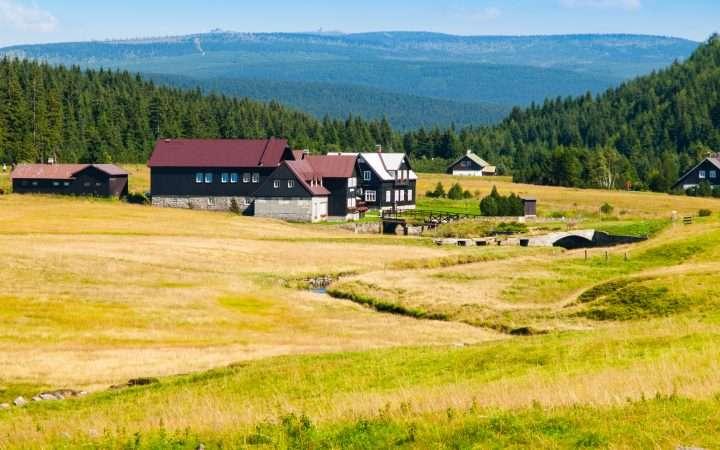 huizen op berg in jizerka in reuzengebergte
