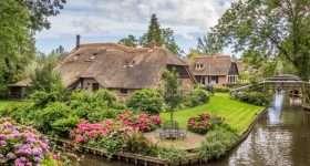 Nederland Giethoorn vaart met huisje