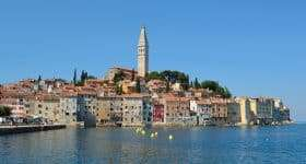 Kroatie Rovinj stadsaanblik vanaf zee