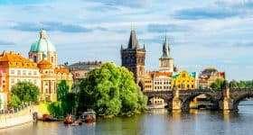 Tsjechie Praag kleurrijke stadsaaanblik vanaf rivier