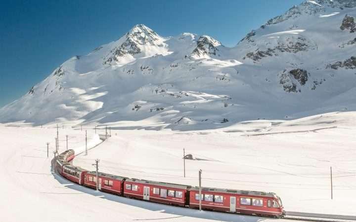 bernina express in Zwitserland rijdend door sneeuwlandschap