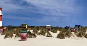 panorma vanaf strand borkum op vuurtoren en strandstoelen